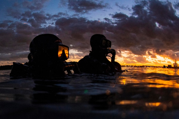 Sailors assigned to Naval Special Warfare Group 2 conduct military dive operations off U.S. East Coast, Atlantic Ocean, September 18, 2019 (U.S. Navy/Jayme Pastoric)