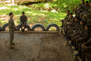 A U.S. Marines instructs a class of Salvadoran marine infantry students.