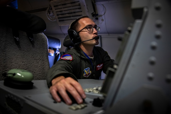 Air battle manager with 16th Airborne Command and Control Squadron monitors radar system on E-8 Joint STARS aircraft flying off coast of Florida, July 14, 2018 (U.S. Air Force/Marianique Santos)