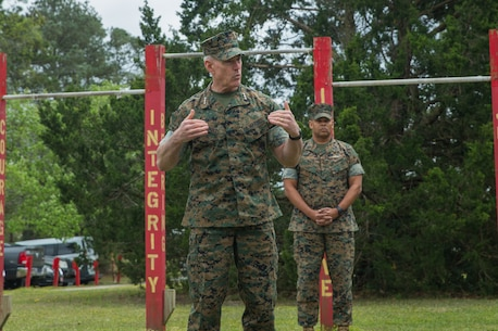 """Lt Gen  Beaudreault congratulates 8th Communication Battalion on earning the """"Lieutenant General Chesty Puller Outstanding Leadership Award"""" (Large Unit Category) at Camp Lejeune, N.C., March 25, 2020."""