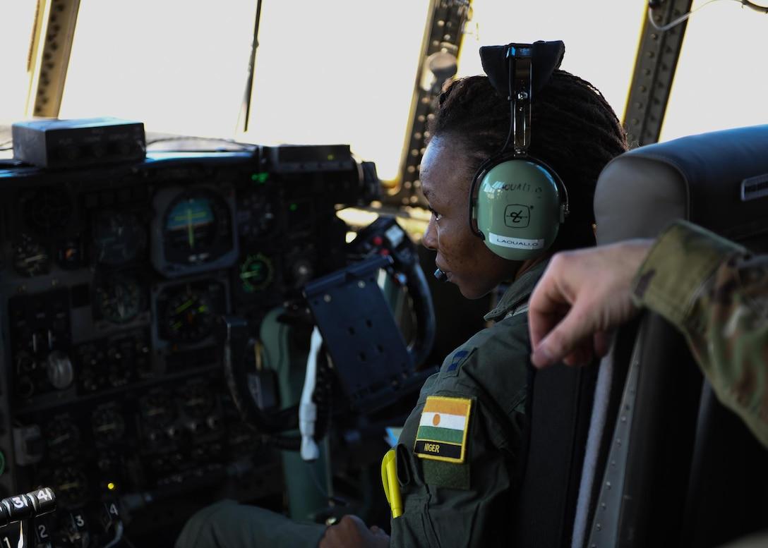 A Nigerien pilot learns how to perform pre-flight checks.