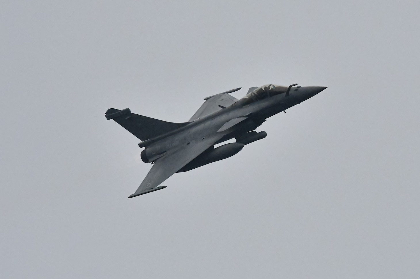 A French Rafale M fighter aircraft flies by the Arleigh Burke-class guided-missile destroyer USS Porter (DDG 78) April 27, 2020 while conducting Air Defense Exercises in the Bay of Biscay