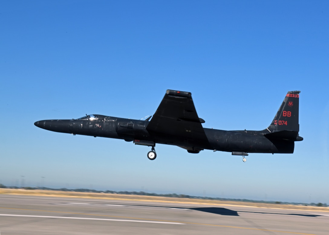 A U-2 Dragon Lady piloted by retired Lt. Col. Jonathan Huggins, 1st Reconnaissance Squadron U-2 instructor pilot, prepares for landing July 31, 2020 at Beale Air Force Base, California. The bicycle-type landing gear and low-altitude handling characteristics of the U-2 require precise control inputs during landing. (U.S. Air Force photo by Airman 1st Class Luis A. Ruiz-Vazquez)