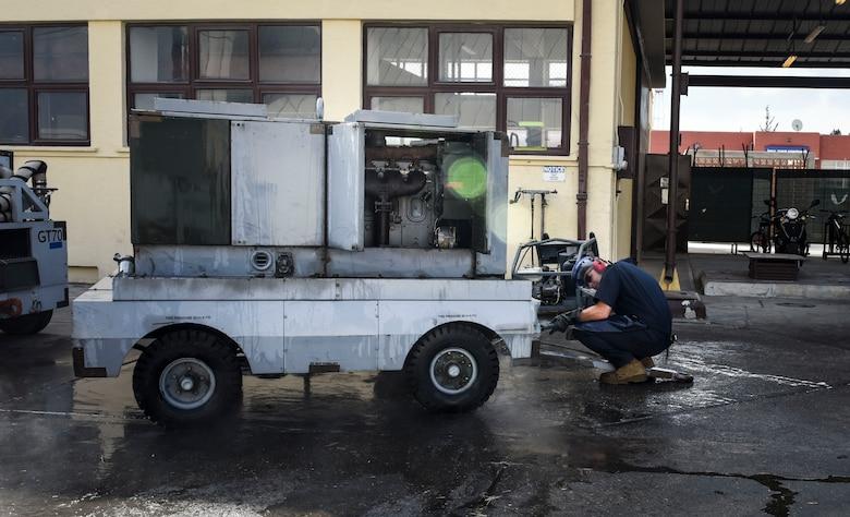 Maintainer Airman washing mechanical cart