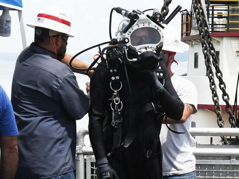 Diver helps remove debris screen at Wilson Lock