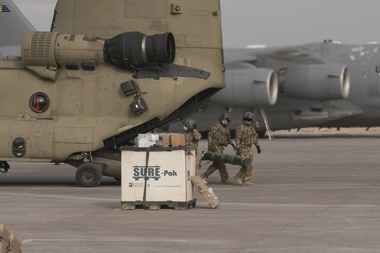 Soldiers unload Chinook.