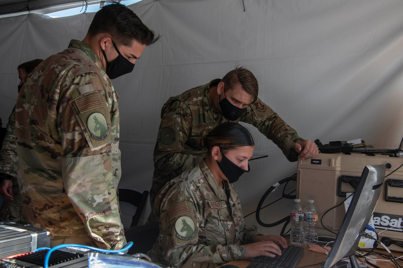 Airmen monitor computers.
