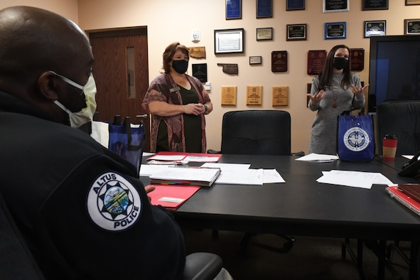 97 AMW Airmen teach APD officers