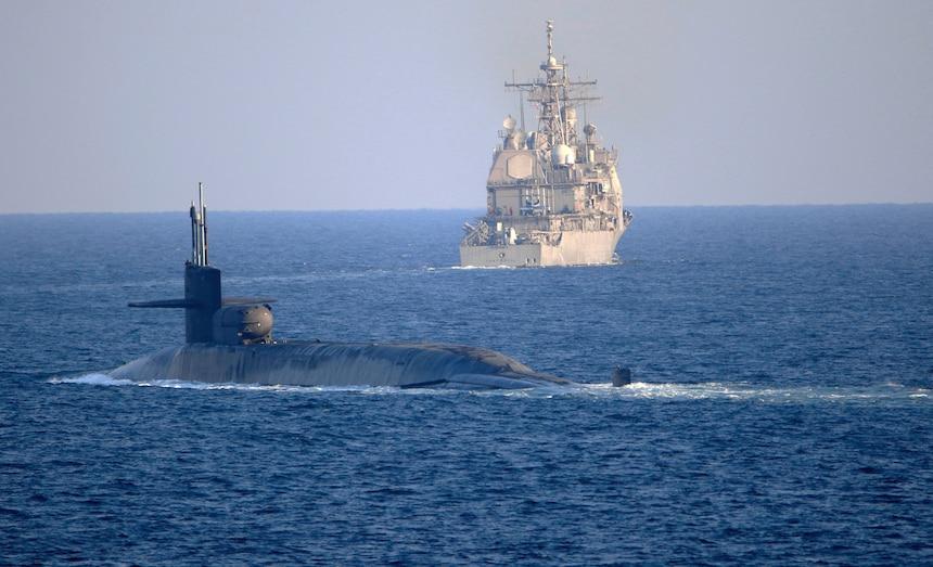 הצוללת הגרעינית אמרקאית גורגיה עברה את מיצרי הורמוז ונמצאים מול איראן -צוללת גרעינית ישראלית נכנסת למים של המפרץ הפרסי 201221-N-IE405-2574