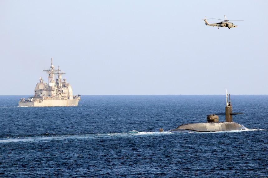 הצוללת הגרעינית אמרקאית גורגיה עברה את מיצרי הורמוז ונמצאים מול איראן -צוללת גרעינית ישראלית נכנסת למים של המפרץ הפרסי 201221-N-IE405-2434