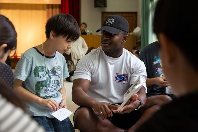 英語体験学習をサポートするため米海兵隊員とその家族、日本人ボランティアら大勢が参加し、にぎやかに日米交流イベントが始まりました。