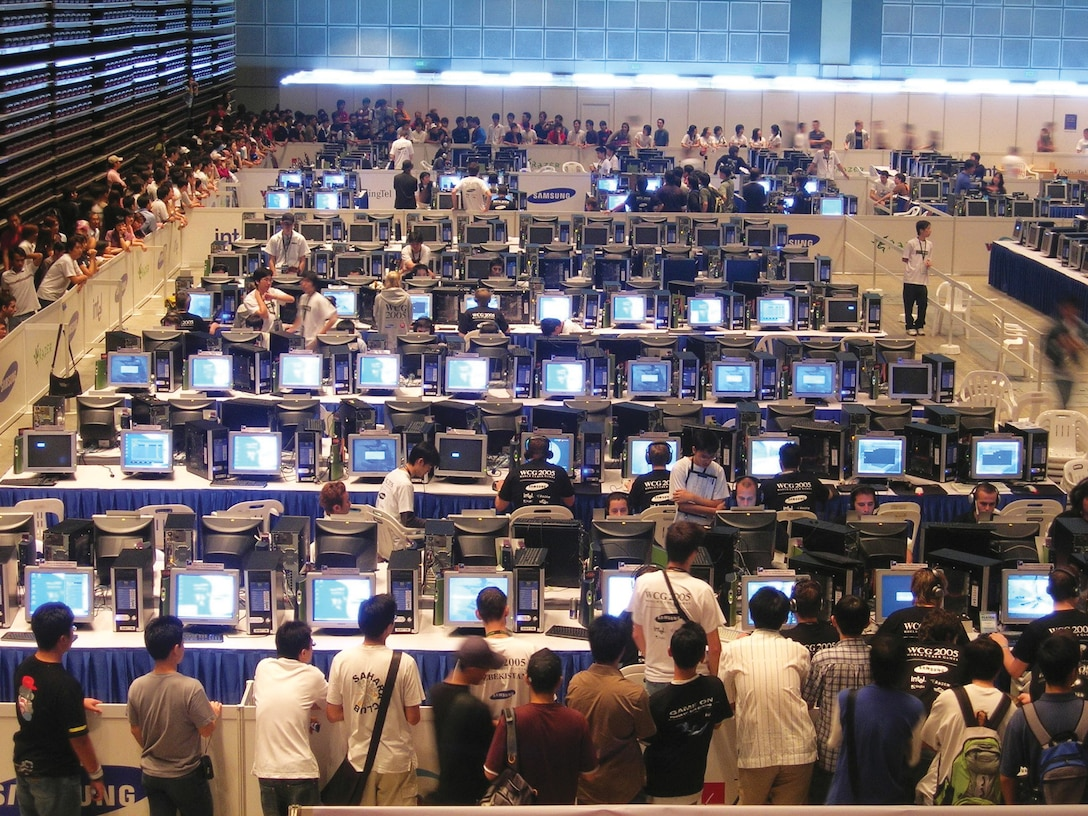 World Cyber Games Finals in Singapore 2005 (Conew at Polish Wikipedia https://commons.wikimedia.org/wiki/File:World_Cyber_Games,_Singapore,_2005.jpg)