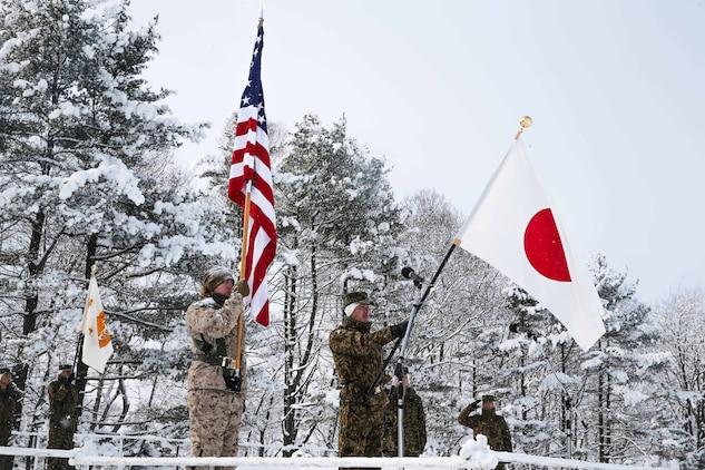 開会式でそれぞれの国旗を掲げる両国隊員。北海道大演習場で1月26日、陸上自衛隊と米海兵隊による実動訓練(ノーザンヴァイパー)の開会式が執り行われました。