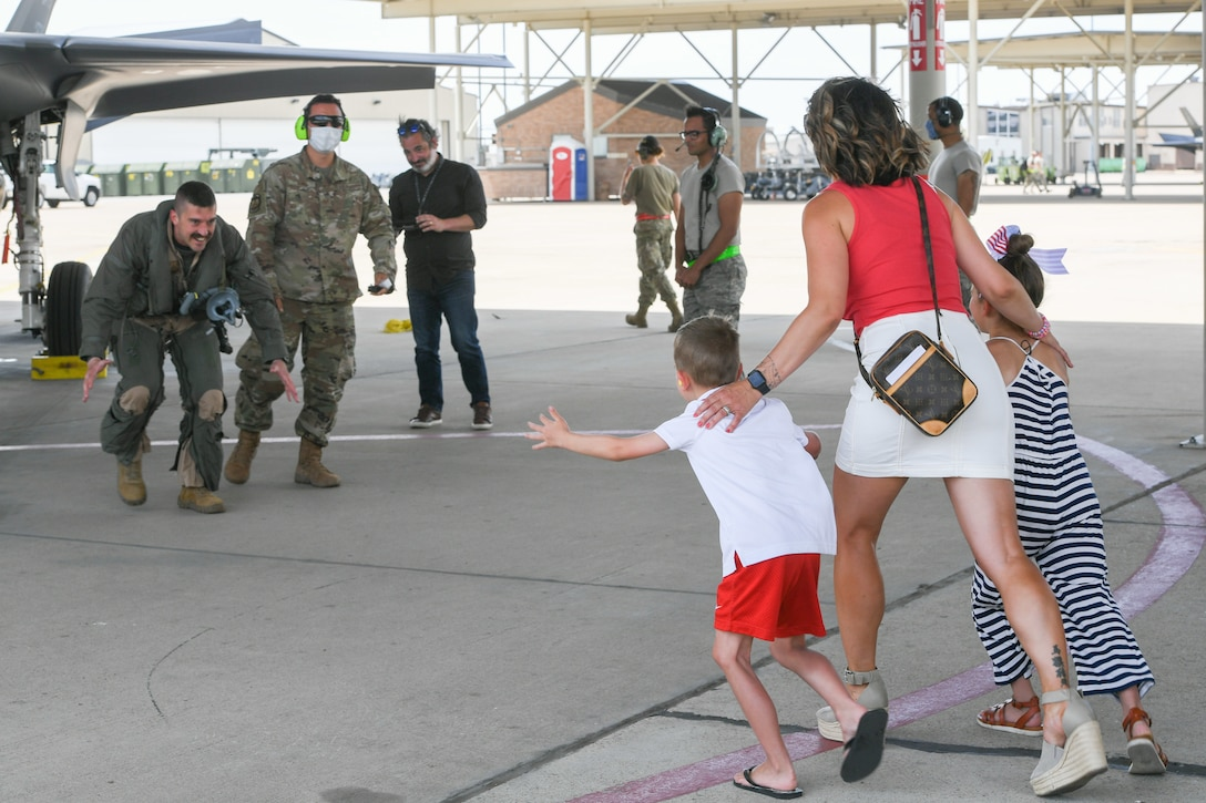 A photo of the 34th Fighter Squadron homecoming from deployment.