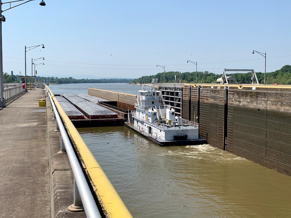 barge locking through at Ozark-Jetta Taylor Lock and Dam