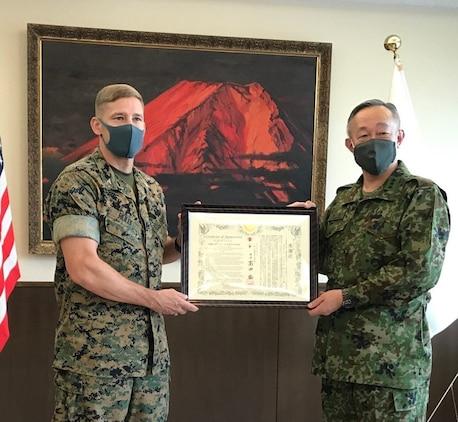陸上自衛隊富士学校長の高田祐一陸将からキャンプ富士司令官マイケル・ライリー米海兵隊大佐に感謝状が贈呈されました、2020年6月11日、陸上自衛隊富士学校
