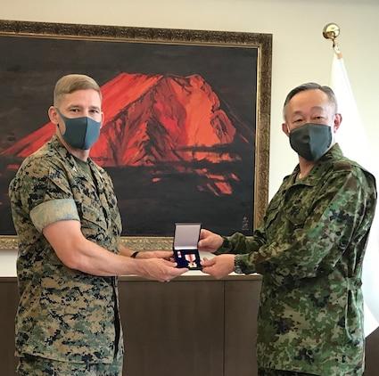 陸上自衛隊富士学校長の高田祐一陸将からキャンプ富士司令官マイケル・ライリー米海兵隊大佐に防衛協力章が贈呈されました、2020年6月11日、陸上自衛隊富士学校