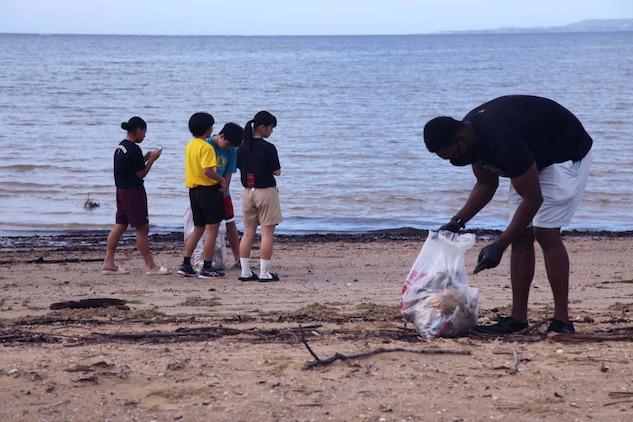 カリフォルニア州からキャンプ・シュワブを訪れていている海兵隊員らが日曜日早朝、久志ビーチで行われた区民清掃活動にボランティアで参加しました。沖縄県名護市久志ビーチ、2020年6月28日