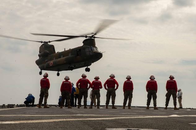 陸上自衛隊のヘリが米海軍USSアシュランドに着艦。11月1日早朝、鹿児島県の無人島、臥蛇島(がじゃじま)に陸上自衛隊水陸機動団の乗ったヘリが着陸し、海上からはボートに乗った米海兵隊員が上陸しました。