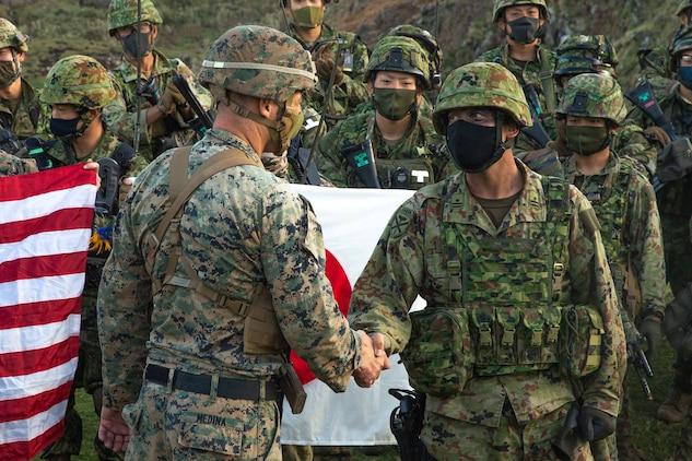 日米両指揮官ががっちり握手。11月1日早朝、鹿児島県の無人島、臥蛇島(がじゃじま)に陸上自衛隊水陸機動団の乗ったヘリが着陸し、海上からはボートに乗った米海兵隊員が上陸しました。
