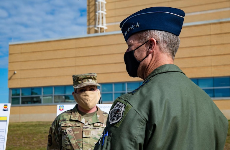 A photo of a General and an Airman.
