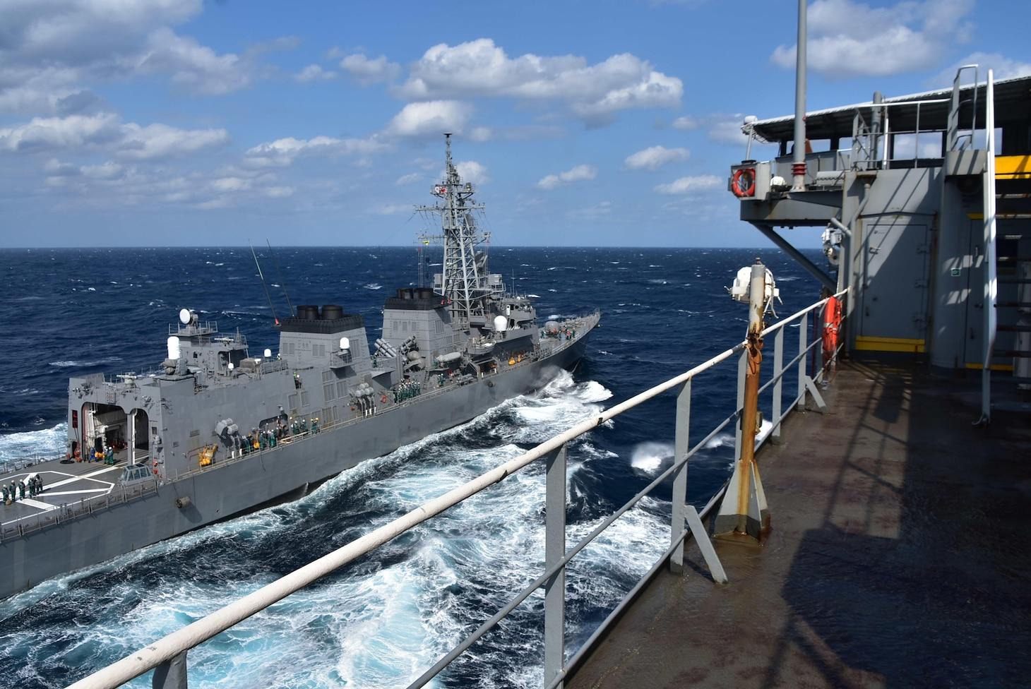 The Japan Maritime Self-Defense Force Murasame-class destroyer JS Ikazuchi (DD 107) steams alongside the U.S. Navy Military Sealift Command Henry J. Kaiser-class fleet replenishment oiler USNS Tippecanoe (T-AO 199) for an underway replenishment during Keen Sword.