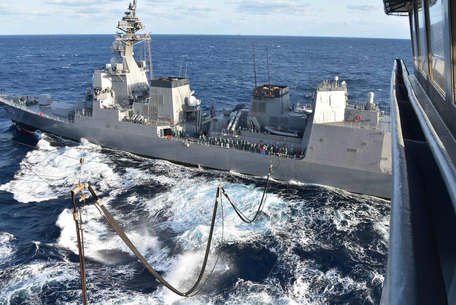 The Japan Maritime Self-Defense Force Akizuki-class destroyer JS Suzutsuki (DD 117) receives fuel from the U.S. Navy Military Sealift Command Henry J. Kaiser-class fleet replenishment oiler USNS Tippecanoe (T-AO 199) during Keen Sword.