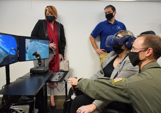 Commander demonstrates new aviation simulator at DLIELC.