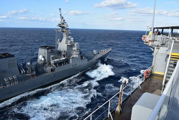 The Japan Maritime Self-Defense Force Akizuki-class destroyers JS Fuyuzuki (DD 118) steams alongside the U.S. Navy Military Sealift Command Henry J. Kaiser-class fleet replenishment oiler USNS Tippecanoe (T-AO 199) for an underway replenishment during Keen Sword.