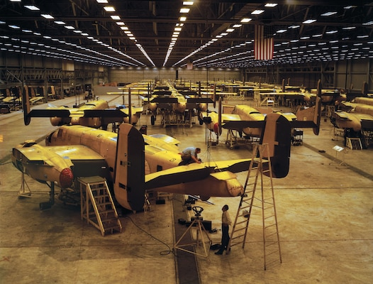 Workers assemble B-25 bombers at North American Aviation, Kansas City, Kansas, October 1942 (Library of Congress/Alfred T. Palmer)