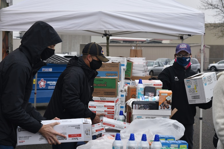 USO brings Thanksgiving to 142nd Wing members