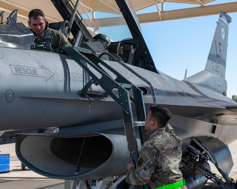 Detachment 12 teaches redesigned F-16 crew chief course; creates combat ready crew chiefs