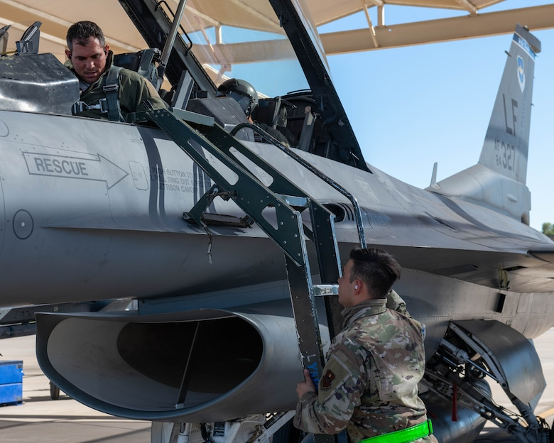 Detachment 12 teaches redesigned F-16 crew chief course; creates combat ready crew chiefs