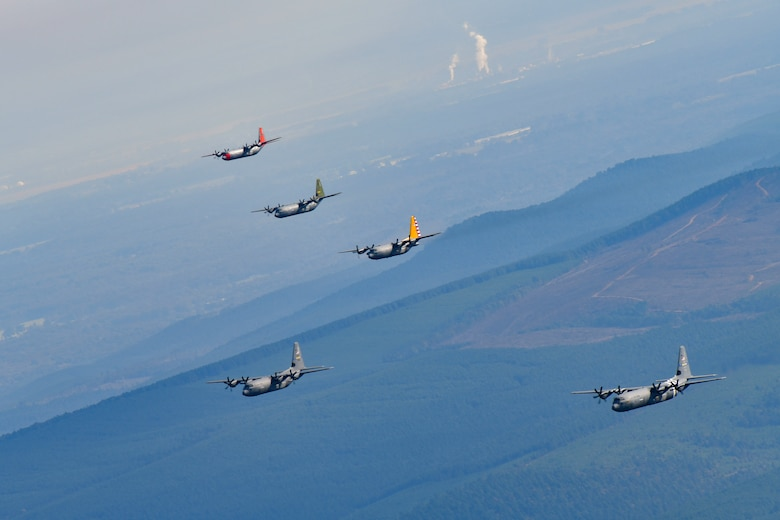 5 planes fly in formation