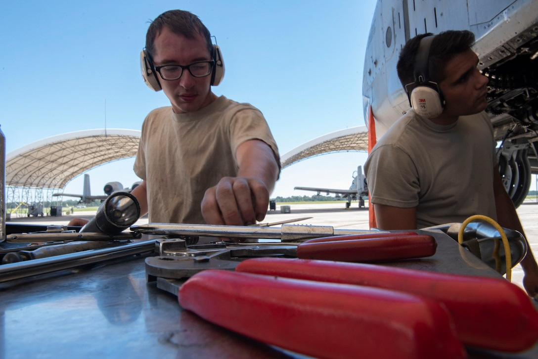 A photo of Airmen preparing to install GAU-8 Avenger 30 mm cannon elements on an A-10C Thunderbolt II.
