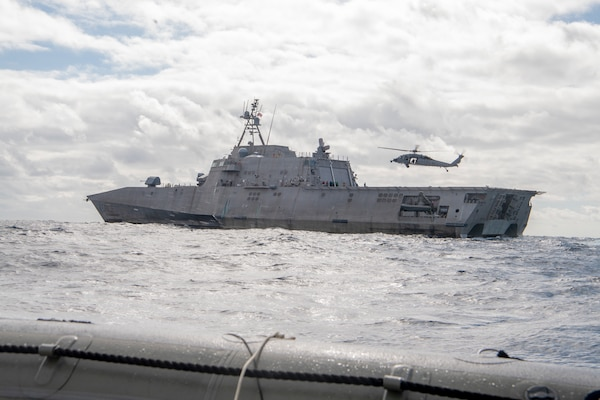 USS Gabrielle Giffords (LCS 10) transits the Pacific Ocean while conducting flight operations.