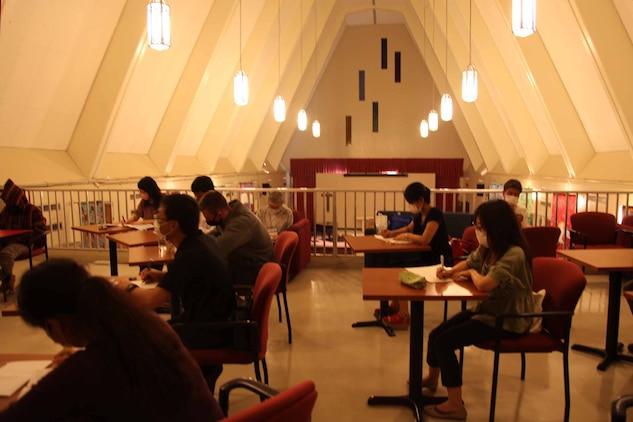 米海兵隊基地キャンプ・ハンセンにある教会のロフトで再開した英会話クラスで、地元住民が勉強をしている様子です。