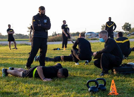 Sgt. 1st Class Joseph Thomas, Non-commissioned Officer in Charge of the Army Combat Fitness Test (ACFT) training team from Fort Eustis, Virginia, talks to Illinois Army National Guard Soldiers conducting the hand release push-ups