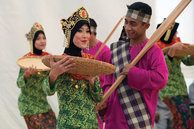 Malaysian peacekeepers perform traditional dance during ceremony to mark World AIDS Day at Naqoura headquarters in south Lebanon as part of United Nations Interim Force in Lebanon, December 1, 2015 (Courtesy United Nations/Pasqual Gorriz)