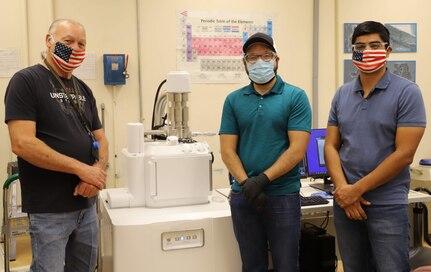 Jack Worthington Jr, Dorian Lucero, Jonathan Ramirez in front of scanning electron machine