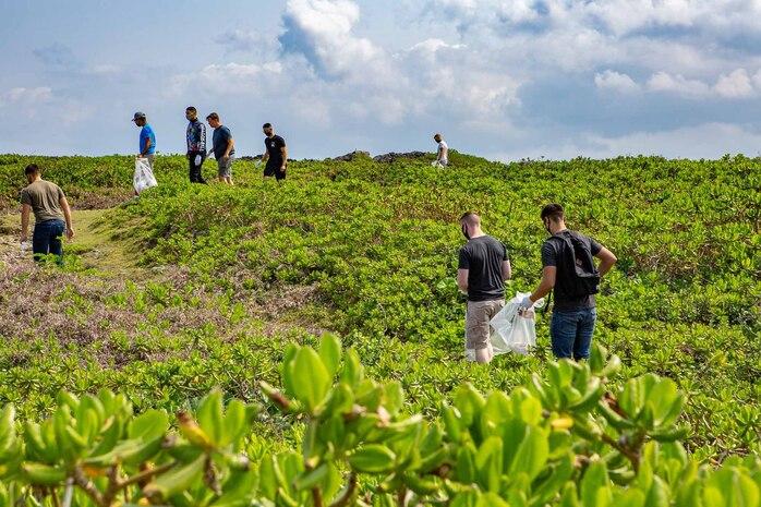 海兵隊基地の独身隊員の会に所属する隊員らが週末の休みを利用して残間岬を訪れ、観光がてらゴミ拾いを行いました、沖縄県読谷村残波岬、2021年3月20日