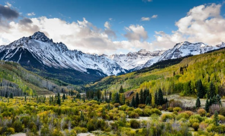 a photo of a mountain range