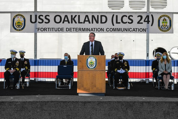 Acting Secretary of the Navy Thomas W. Harker provides the principal address during the commissioning ceremony of USS Oakland (LCS 24).