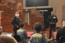 在日米海兵隊音楽隊がてだこホールで4月16日、毎年恒例の「スプリングコンサート」を開催し、陸上自衛隊第15旅団の音楽隊がゲスト出演、演奏後、互いを称え合う両音楽隊長。