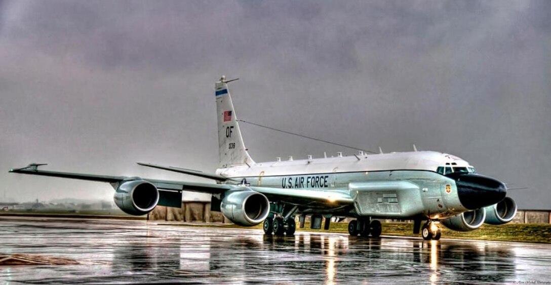 RC-135, runway