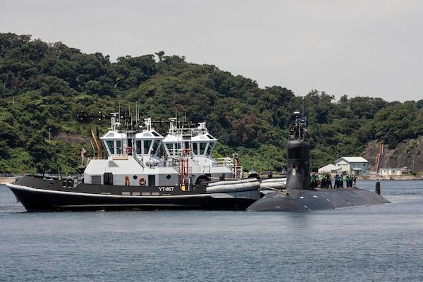 Le sous-marin d'attaque rapide de classe Seawolf USS Connecticut (SSN 22) arrive aux activités de la flotte Yokosuka pour une escale prévue.