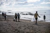 海兵隊員らが豊原地区のシーグラスビーチで、手袋とゴミ袋を持って、ビーチをくまなく練り歩き、ゴミを拾い集めました。