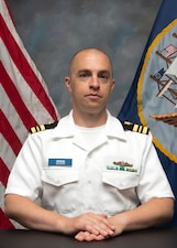 Official portrait of LCDR Chris Lindahl, executive officer of Submarine Training Facility San Diego.