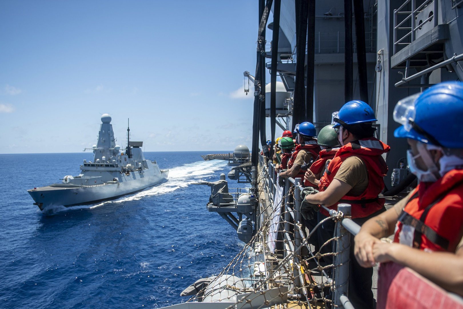 USS America fuels HMS Defender at sea in first FAS with U.S. amphib, British warship
