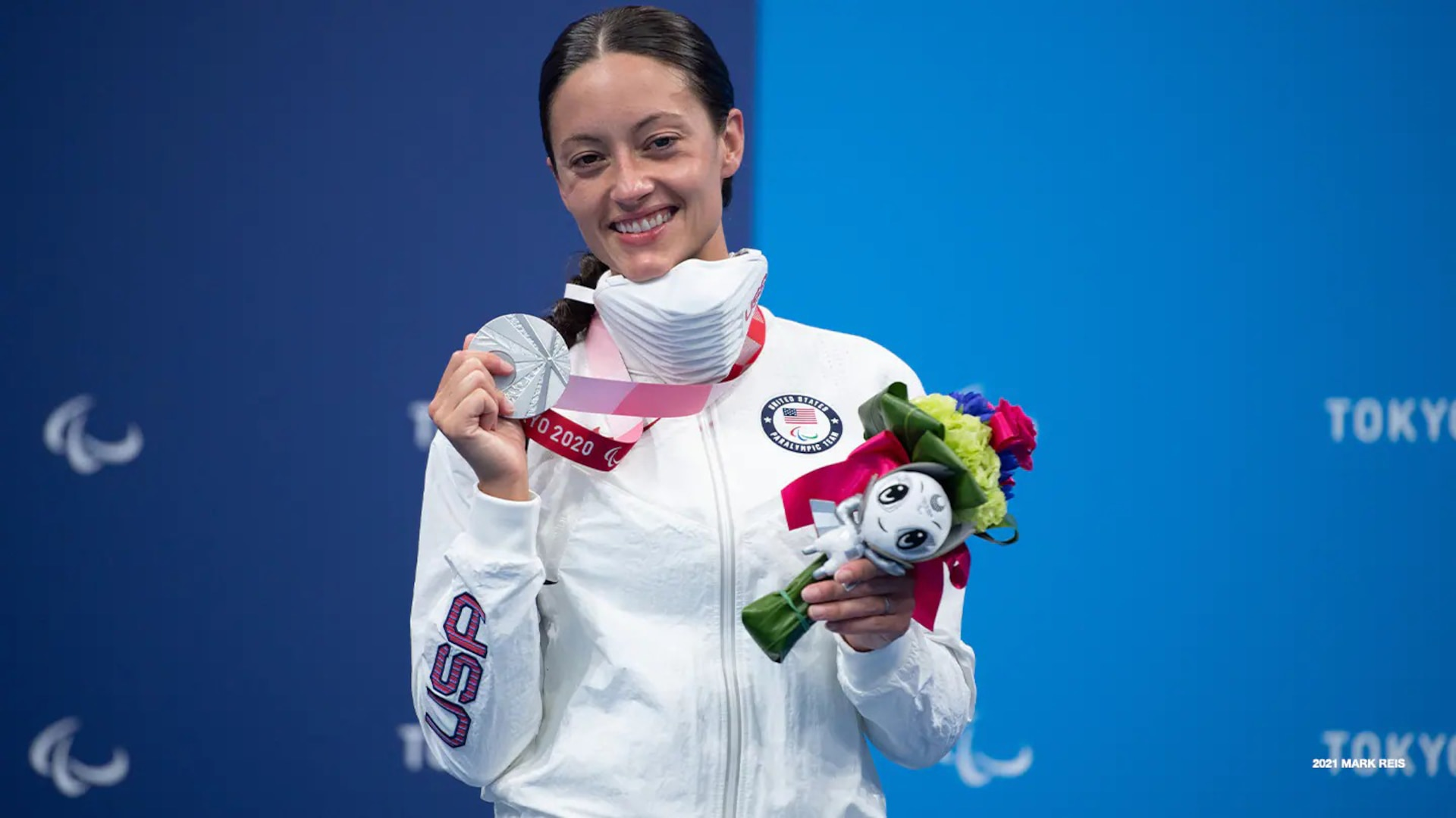 Elizabeth Marks poses with her silver medal at the Paralympic Games Tokyo 2020 on Aug. 25, 2021 in Tokyo.